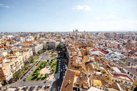 스페인에서 화창한 날 동안 발렌시아 시내에서 레이나 메인 광장으로 오래 된 마을에 상위 도시보기