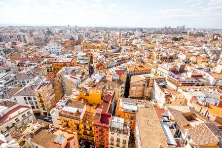 스페인에서 화창한 날 동안 발렌시아 도시에서 오래 된 주거 건물에 상위 도시보기보기