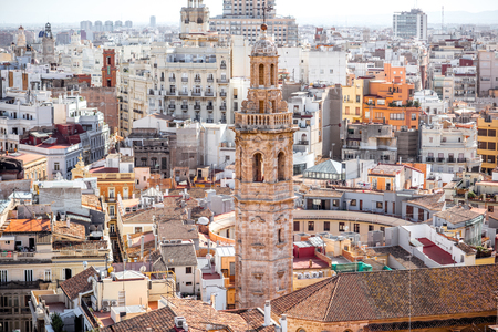 Top cityscape view on the old residential buildings with church tower in Valencia city during the sunny day in Spain 版權商用圖片