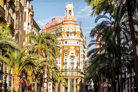 Rua vista com belo edifício de luxo e palmeiras na cidade de Valência, durante o dia de sol em Espanha Foto de archivo - 88851749