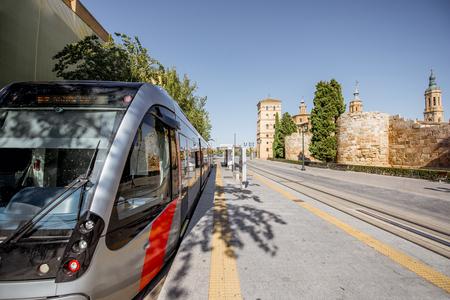 ストリート ビューにはスペインのサラゴサの中心部の都市で近代的なトラム