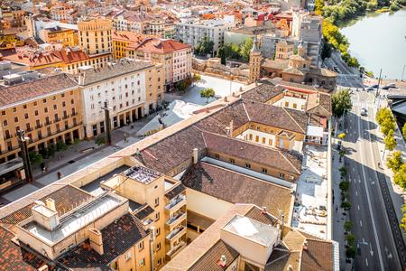 스페인에서 화창한 날 동안 사라고사 도시에서 세인트 후안 대성당과 오래 된 마에서 상위 뷰