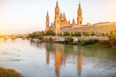 Landschapsmening over Elbe rivier met kathedraal van onze lieve vrouw van de pijler in de stad Zaragoza in Spanje Stockfoto