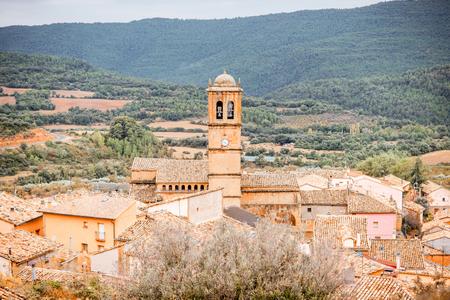 Landschapsmening op Aguero-dorp met kerktoren in de provincie van Huesca in Spanje wordt gevestigd dat