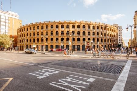 VALENCIA, SPANIEN - 18. August 2017: Straßenansicht mit dem Stierkampfarengebäude auf dem Toros-Quadrat in Valencia City in Spanien Standard-Bild - 88661524