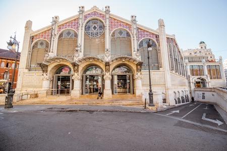 VALENCIA, SPANJE - 19 augustus, 2017: Ingang aan de centrale die voedselmarkt in overdwars van Llotja DE La Seda en de kerk van Juanes in de stad van Valencia wordt gevestigd Redactioneel