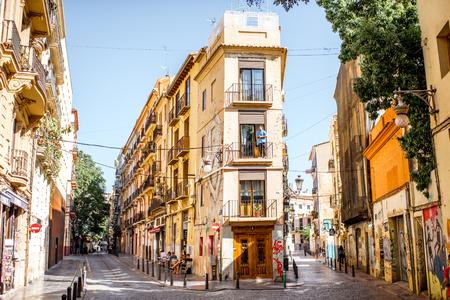 VALENCIA, SPANJE - 19 augustus, 2017: Straatmening met mooie oude gebouwen in de oude stad van Valencia, Spanje Redactioneel