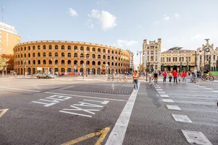 VALENCIA, SPANIEN - 18. August 2017: Straßenansicht mit dem Stierkampfarengebäude auf dem Toros-Quadrat in Valencia City in Spanien Standard-Bild - 88661555