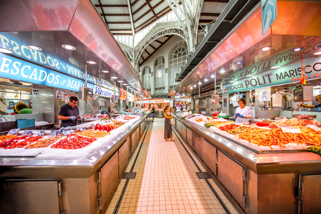 VALENCIA, SPAIN - August 19, 2017: Interior of the central food market located in across from the Llotja de la Seda and the church of the Juanes in Valencia city Imagens - 88661563