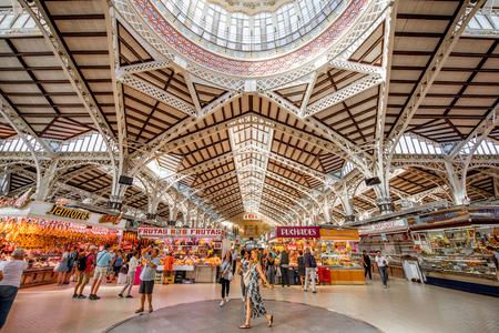 VALENCIA, SPANJE - 19 augustus, 2017: Binnenland van de centrale die voedselmarkt binnen overdwars van Llotja DE La Seda en de kerk van Juanes in de stad van Valencia wordt gevestigd