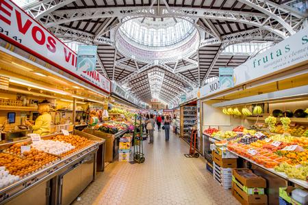 Valencia, Espagne - 19 août 2017: Intérieur du marché alimentaire central situé en face de la Llotja de la Seda et de l'église des Juanes dans la ville de Valence
