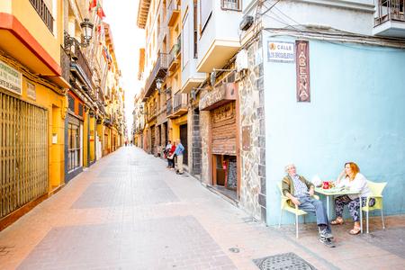 Zaragoza, Espagne - 20 août 2017: Vue sur la rue étroite avec un couple âgé assis au bar dans la vieille ville de Saragosse en Espagne