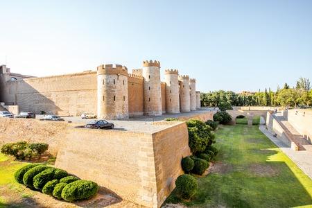 ZARAGOZA, SPANJE - 20 augustus, 2017: De mening over het Aljaferia-Paleis tijdens de zonsondergang, versterkte middeleeuws Islamitisch paleis bouwde de 11de eeuw in Zaragoza, Spanje Redactioneel