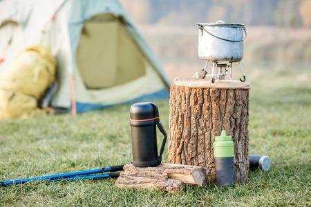 Emplacement de camping avec tente, sac à dos et autre équipement sur la pelouse verte Banque d'images - 88758241