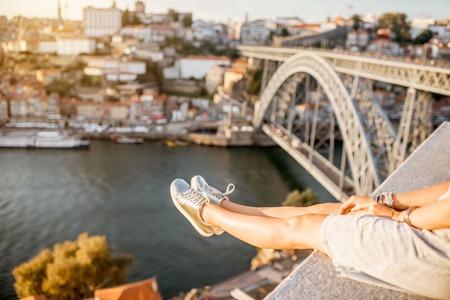 포르토 도시, 포르투갈에서에서 일몰 동안 아름 다운 풍경보기 배경에 여성 다리