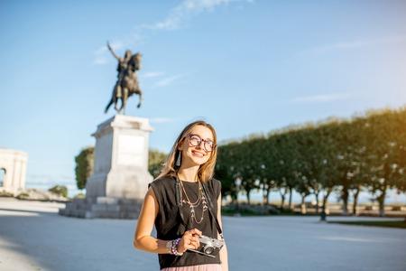 몽펠리에 도시 프랑스에서 아침 빛 동안 루이 동상 근처 유명한 Peyrou 공원에서 젊은 행복 한 여자 관광의 초상화 스톡 콘텐츠