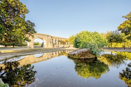 Ansicht über den Heiligen Clement-Aquädukt in Peyrou-Garten mit Wasserreflexion während des Morgenlichtes in Montpellier-Stadt in Süd-Frankreich Standard-Bild - 89311338