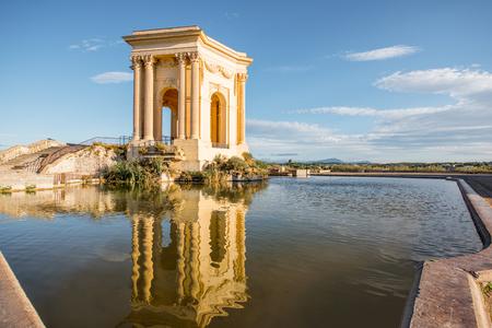 南フランスのモンペリエ市の朝の光の間に美しい水の反射とペロ庭園のウォータータワーの眺め
