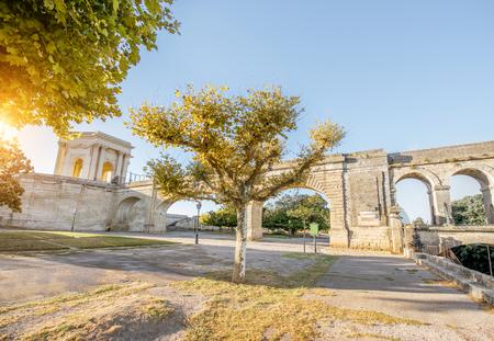Vista sull'acquedotto di San Clemente nel giardino Peyrou durante la luce del mattino nella città di Montpellier nel sud della Francia Archivio Fotografico - 89311358