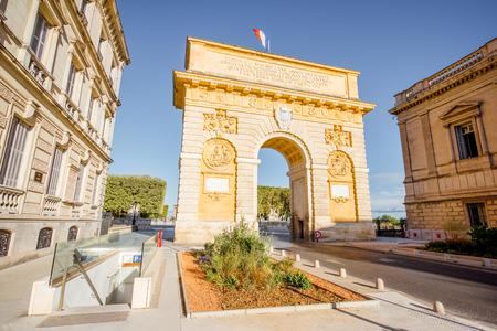 프랑스의 Occitanie 지역에서 몽펠리에시에서 아침 빛 동안 Foch대로에 유명한 개선 아치와 함께 거리보기 스톡 콘텐츠