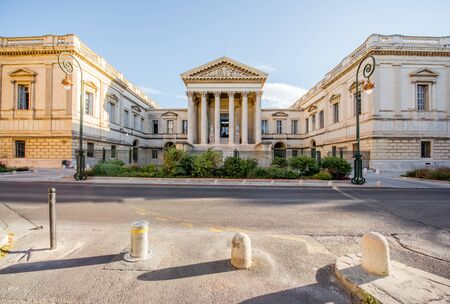 프랑스의 Occitanie 지역에서 몽펠리에 도시에서 아침 빛 동안 포치대로에 건물 법무부 스트리트 뷰