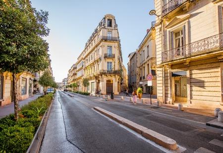 프랑스의 occitanie 지역에서 montpellier 도시에서 아침 빛 동안 foch대로에 아름 다운 오래 된 luxurois 건물 거리보기 스톡 콘텐츠