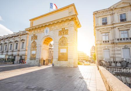 フランスの Occitanie 地方のモンペリエ市の日の出時の凱旋門でのストリートビュー