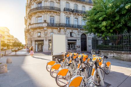 아름 다운 오래 된 건물과 프랑스 몽펠리에시에서 아침 빛 동안 포치대로에 주차 자전거 거리보기 스톡 콘텐츠