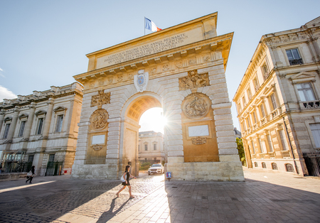 MONTPELLIER, 프랑스 - 우리 모두의 2017 : Triumphal 아치와 남부 프랑스에서 아침 빛 동안 몽펠리에 도시에서 산책하는 여자와 Foch대로에보기
