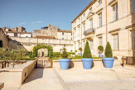ニーム、フランス-7 月31、2017: 南フランスの Occitanie 地域のニームシティの美術館と聖ヒマシ大聖堂の近くの小さな庭園の朝の眺め