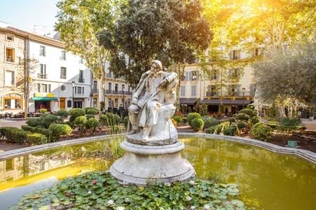 南フランスの Occitanie 地方のニームシティの小さな緑の噴水の眺め