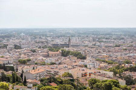 Vista aerea del paesaggio urbano dalla torre di Capodimonte sulla città vecchia di Nimes città in Francia meridionale Archivio Fotografico - 89451239