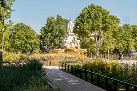 南フランスの Occitanie 地方の晴れた朝のニームシティのシャルル・ゴール噴水の眺め 写真素材