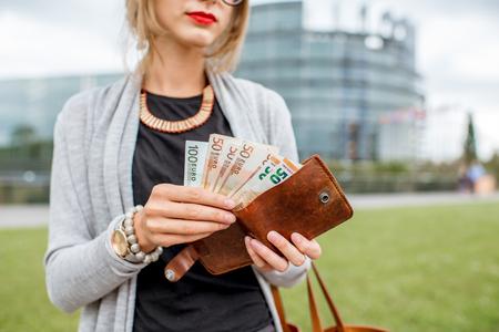 Vrouw het tellen van geld Stockfoto