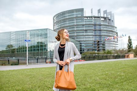 Levensstijlportret van een jonge vrouw die voor het gebouw lopen
