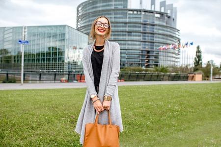 Levensstijlportret van een jonge vrouw die en een handtas glimlacht houdt Stockfoto