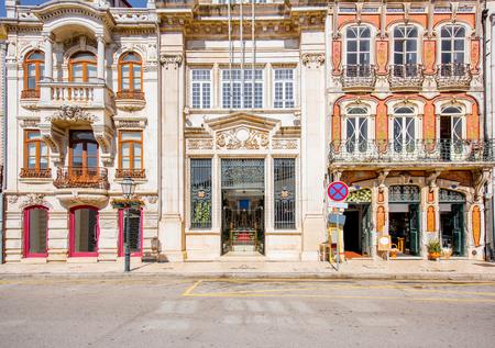 Mening over de mooie oude voorgevelsgebouwen in Art Nouveau-architecturale stijl in Aveiro-stad in Portugal