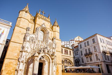 중앙 포르투갈에서 코임브라 도시에 시청 건물 근처 성자 크로 교회에서 볼