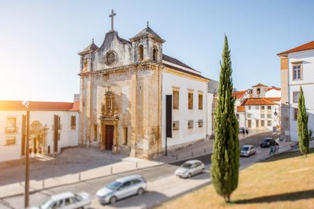 Mening over de kerk van heilige Jean in de stad van Coimbra in centraal Portugal. Afbeelding met tilt-shift techniek Stockfoto