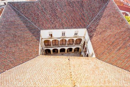 中央ポルトガルのコインブラ市の旧大学の中庭の上の幾何学的なビュー 写真素材