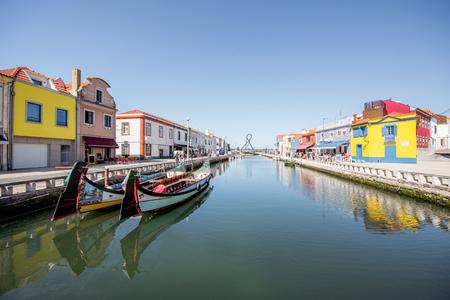 보트와 포르투갈의 Aveiro 도시에서 다채로운 오래 된 건물 물 채널에서 볼
