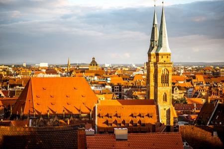 ドイツの夕日の間にニュルンベルク市の旧市街の街並み 写真素材