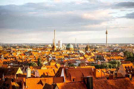 Stadtbildansicht über die alte Stadt von Nürnberg-Stadt während des Sonnenuntergangs in Deutschland