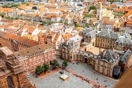Luftstadtbildansicht über die alte Stadt mit Chateauquadrat in Straßburg-Stadt in Frankreich