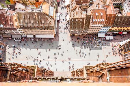 스트라스부르 도시, 프랑스의 오래 된 마을에서 사람들이 붐비는 대성당 광장에 상위 도시 풍경보기