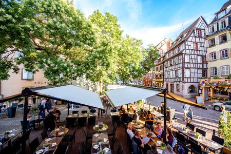 콜 마르, 프랑스 -2011 년 7 월 26 일 : 카페와 유명한 관광 마을 Colmar 알자스 지역, 프랑스에서에서 레스토랑 아름 다운 오래 된 건물에 스트리트 뷰