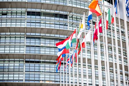 STRAATSBURG, FRANKRIJK - 26 juli 2017: Close-upmening over het parlementsgebouw van de Europese Unie met vlaggen in de stad Straatsburg in de regio Elzas, Frankrijk