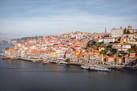 古い町の晴れた日の間にポルトガルのポルトで風景を見る 写真素材