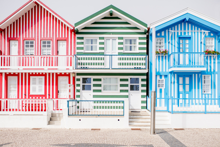 Uitzicht op de prachtige kleurrijke gevels van het huis op het strand van Costa Nova in Portugal Stockfoto