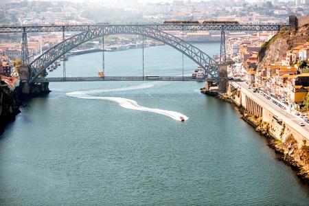 스피드 보트와 Douro 강 및 포르토 도시, 포르투갈에서에서 아름 다운 철 다리 Landscpe보기